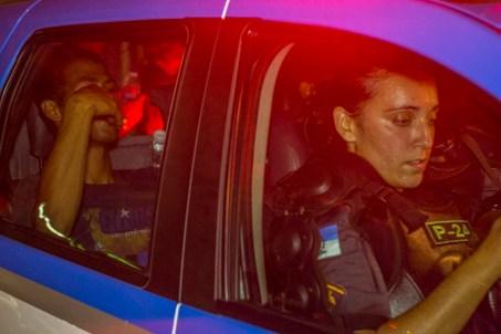 Criminalización. Sin ofrecer información, la policía detuvo a un manifestante después de haber dispersado con spray pimienta a un pequeño grupo que pretendía liberar los torniquetes de la Estación Central de Rio de Janeiro. Foto: Aldo Santiago