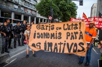 Garis en lucha. Al contingente de 500 personas se unieron trabajadores de la limpieza de Río de Janeiro. Mejor conocidos como «Garis», lxs trabajadores adquirieron reconocimiento y solidaridad por su lucha por mejoras salariales llevada a cabo en febrero del 2014. Foto: Juliana Bittencourt