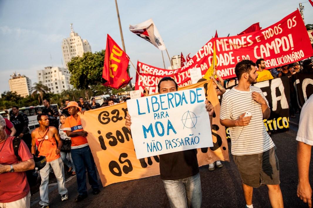 Por la libertad de lxs presxs políticos. Otra de las consignas más recurrentes durante la marcha evidencian el rechazo a la criminalización de la protesta social y la solidaridad con aquellxs judicializadxs por el estado brasileño. Foto: Juliana Bittencourt