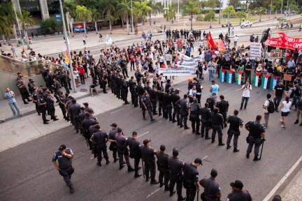 Al llegar a la prefectura municipal, el contingente fue contenido por la policía quien en todo momento desplegó elementos, vehículos y armas dispuestas a reprimir el acto pacífico. Foto: Juliana Bittencourt
