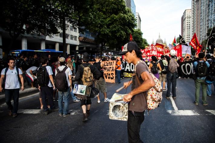 Lxs manifestantes transitaron por el centro de la ciudad hasta la prefectura municipal para demostrar su rechazo a las políticas públicas que afectan a la sociedad brasileña. Foto: Juliana Bittencourt