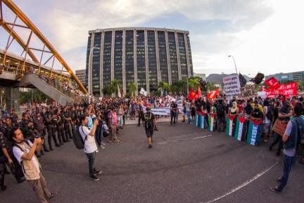 Tensión. Pese a la insistencia policial de bloquear e intimidar a lxs manifestantes, la tercer protesta en Rio de Janeiro terminó sin enfrentamientos. Foto: Aldo Santiago