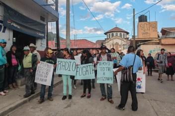 Jóvenes integrantes de la radio comunitaria «Radio Fogata».