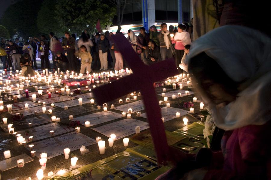 Fotografía: CC BY-NC-ND Liliana Zaragoza Cano (La PGR fue cubierta de veladoras, performance y carteles en un acto desesperado contra el incremento de asesinatos y feminicidios a periodistas y defensoras de derechos humanos en México, 2011).