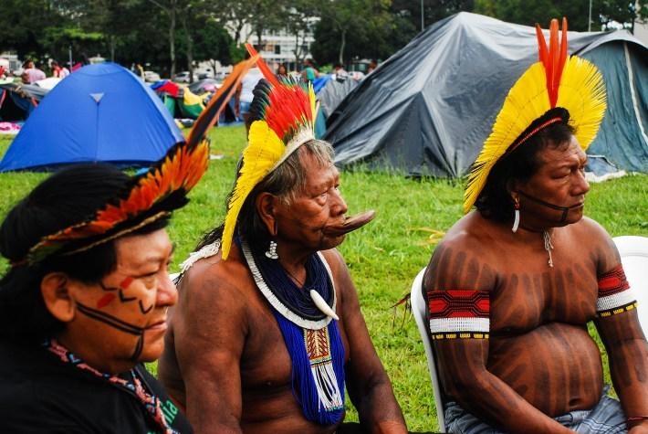 En medio Raoni Metuktire uno de los grandes jefes del pueblo kayapó del estado de Mato Grosso, es una figura internacional emblemática de la lucha por la preservación de la selva amazónica y de la cultura indígena. Fotografía: Santiago Navarro F.