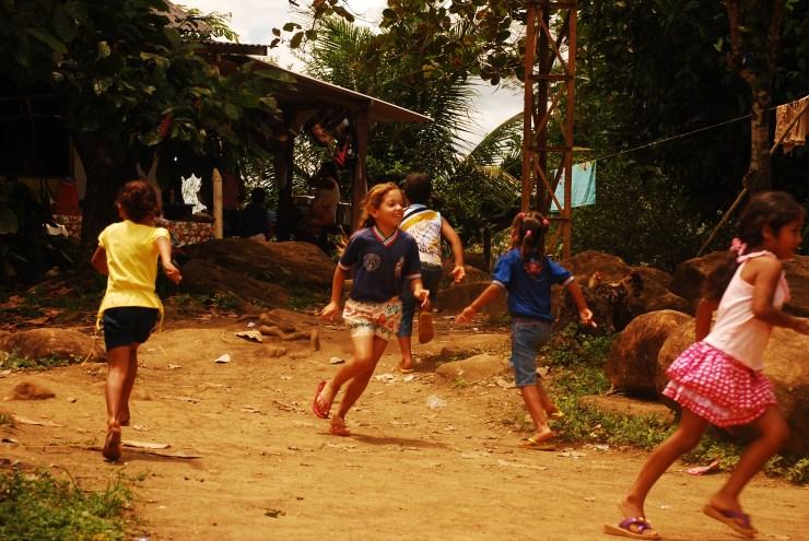 Niñas de la escuela tupinambá en la aldea de Sierra do Padeiro. Fotografía: Santiago Navarro F.
