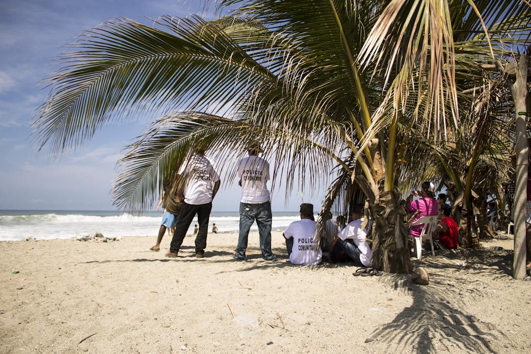 Semana santa del 2014, torneo anual de surf en La Ticla, comunidad perteneciente a Santa María Ostula, en el municipio de Aquila, Michoacán. La policía comunitaria es la encargada de la seguridad desde febrero de ese año, a lo largo de toda la costa nahua michoacana. Fotografía: Regina López