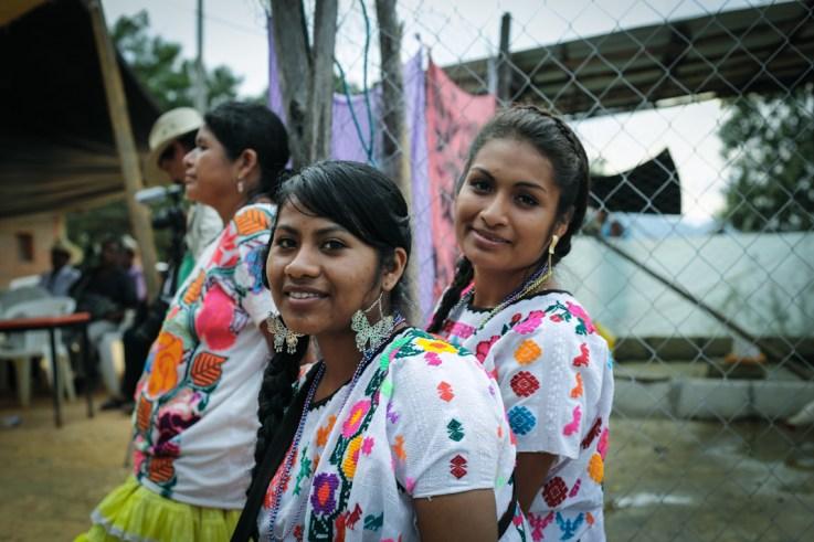 Las jóvenes de la organización Casa de la Mujer Indígena lucieron sus atuendos. Fotografía: Heriberto Paredes
