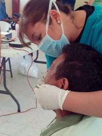Recibiendo atención odontológica