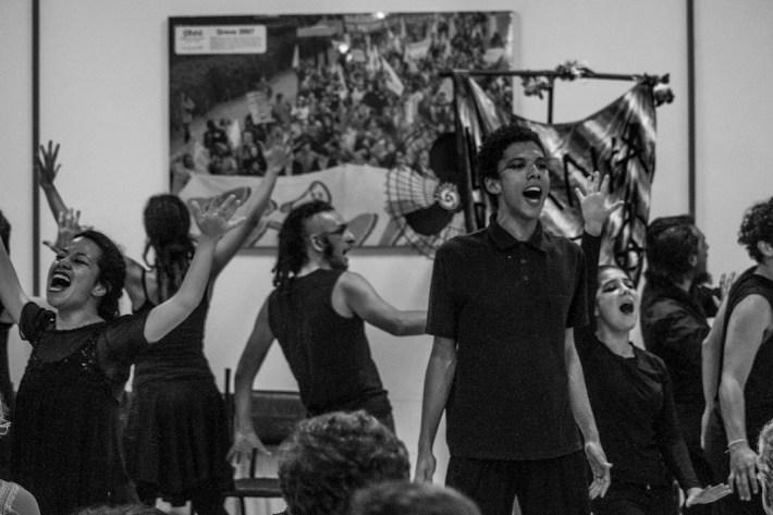 6 junio 2015. Diálogo entre la Caravana 43 Sudamérica y movimientos sociales en la ciudad de Puerto Alegre. El evento inició con una pieza de teatro del colectivo Levanta Favela, continuó con los testimonios de lxs familiares de los estudiantes desaparecidos de la escuela Normal de Ayotzinapa y finalizó con pláticas entre lxs integrantes de la caravana y lxs presentes quienes se solidarizaron con la delegación mexicana.