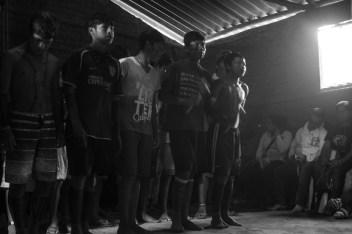 3 junio 2015. Visita de la Caravana 43 Sudamérica a la aldea guaraní de Tenondé Pora ubicada en una reserva indígena en Parelheiros en el extremo sur de Sao Paulo. La comunidad, en su mayoría niñxs, recibieron con cantos a la delegación de familiares y estudiantes de la escuela Normal de Ayotzinapa. Durante el diálogo lxs guaranís compartieron la historia de lucha de su pueblo, la reivindicación por la demarcación de sus tierras y se solidarizaron con la causa de los estudiantes desaparecidos por el estado mexicano.