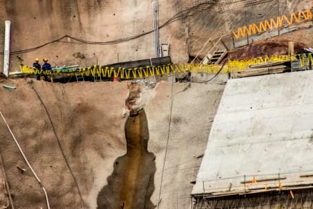 La pared de la represa ha presentado diversos agrietamientos, por las condiciones inestables del territorio en donde se construido, por ello se ha retrasado la terminación de la obra, que esperan inicie el punto cero de generación de energía para el 2015.