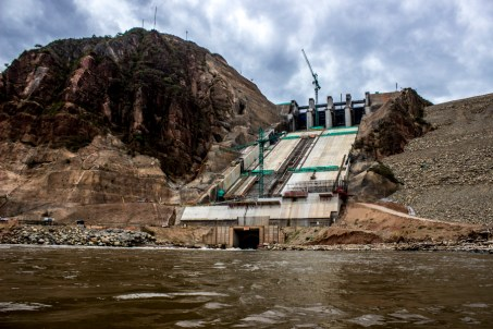 La represa se encuentra sobre terrenos que presentan fallas sísmicas activas cercanas, macizo rocoso fracturado que podría poner en riesgo a la población y recursos naturales.