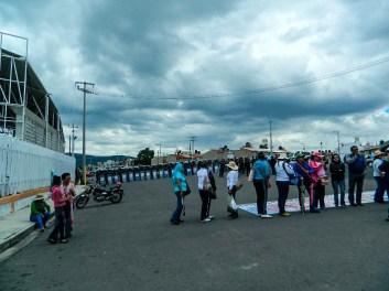 Policías y granaderos acorralan a manifestantes en carretera libramiento Tepehitec. Fotografía: Anaeli Carro
