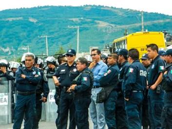 Líderes sindicales señalando y organizando a las fuerzas estatales para reprimir a manifestantes. Fotografía: Anaeli Carro