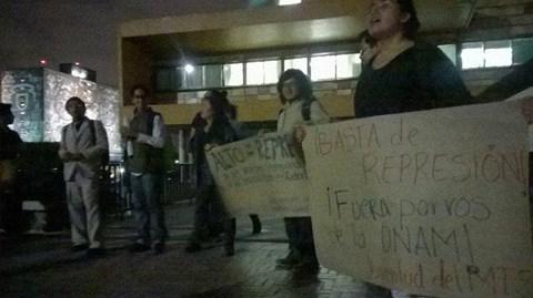 En CU, estudiantes se congregaron frente a la Rectoría.
