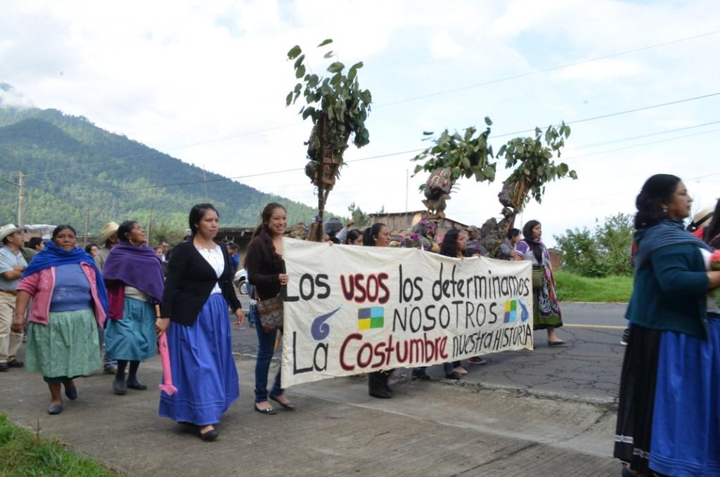 Marcha por las calles de los cuatro barrios. Toma de protesta del segundo Consejo Mayor en Cherán K'eri. Michoacán. 1 de Septiembre del 2015. Fotografía: José Luis Santillán