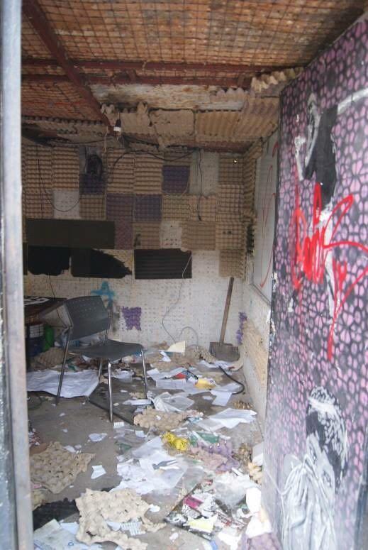 Interior de la cabina de Regeneración Radio después del ataque.