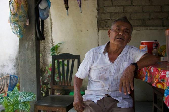 Don Norberto habitante de la comunidad nos cuenta que la comunidad de Paso quedaría inundada. «desaparecería con la construcción de la presa, ¿usted cree que alguien quiere vivir cerca de ese mounstro?» Fotografía: Marlene Mondragón