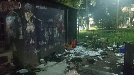 Exterior de la cabina de Regeneración Radio después del ataque.