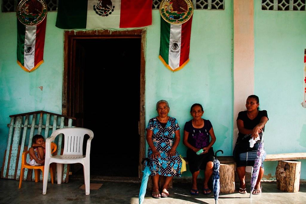 Mujeres de la comunidad La Independencia se oponen a la extracción de titanio. Foto: Santiago Navarro F.
