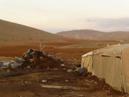 Casas demolidas, nuevas carpas levantadas, y el campamento militar que vigila Al-Hadidiya desde el cerro más próximo. Fotografía: Susana Norman