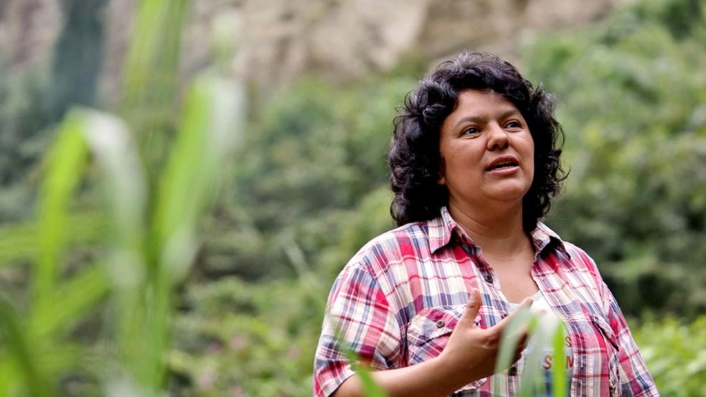Berta Caceres en la rivera del río Gualcarque, también en la región de Rio Blanco. Fotografía: Berta Caceres 2015 Goldman Environmental Award Recipient.