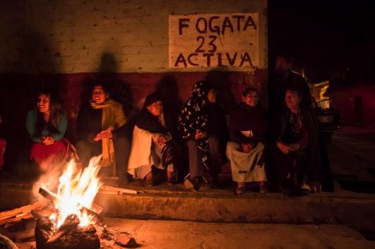 Las fogatas y el rondín son una forma tradicional de cuidar los barrios, donde toda la comunidad participa. En el levantamiento de 2011 se volvieron a activar.