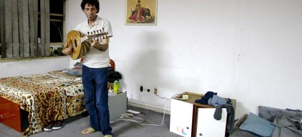 Salam Alsayyed es músico, palestino, refugiado de segunda generación. Creció en el campamento Yarmouk en Siria. Ahora es refugiado por la segunda vez, y ha sido acogido por las familas sin techo en Brasil. Foto: Maria Birkeland Olerud.