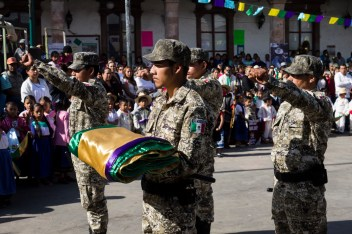 El saludo a la bandera p'urhépecha, con el puño izquierdo levantado. Por Regina López.