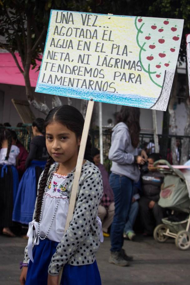 Durante el acto cívico y el desfile se podían ver muchos carteles con frases que invitan a cuidar los bosques, hechos por las niñas y niños de las escuelas. Por Xilonen Pérez.