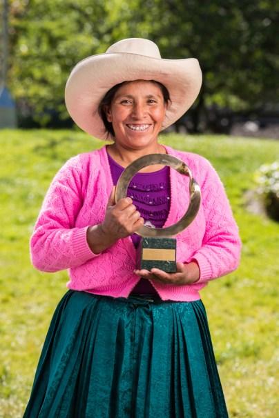 Máxima con su Premio Goldman, 2016. Foto: Goldman Environmental Prize.