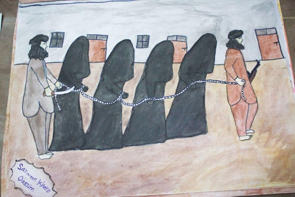 Mujeres kurdas (vestidas de negro) encadenadas, conducidas a algún lugar por miembros del Estado Islámico (naranja). Es común que las prisioneras yezidíes sean vistas como mercancías por sus captores, a tal punto que muchas son esclavas sexuales en países de la región mientras otras son vendidas como prostitutas a países de Europa Occidental. Dibujos de Sarween Khero Qassim refugiada kurda yezidí de 17 años, víctima de la invasión de Daesh a su comunidad.