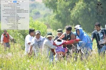[Foto 14] 11:27:02 a.m. Se unen más personas para cargar a Yalid, logrando sacarlo de el lugar donde fue herido.
