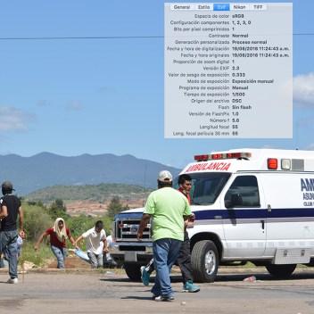 [Foto 6] 11:24:43 a.m. se ve a pobladores auxiliando a los heridos, se aprecia la parte trasera del autobús que posteriormente fuera incendiado, y una ambulancia del municipio de Nochixtlán.