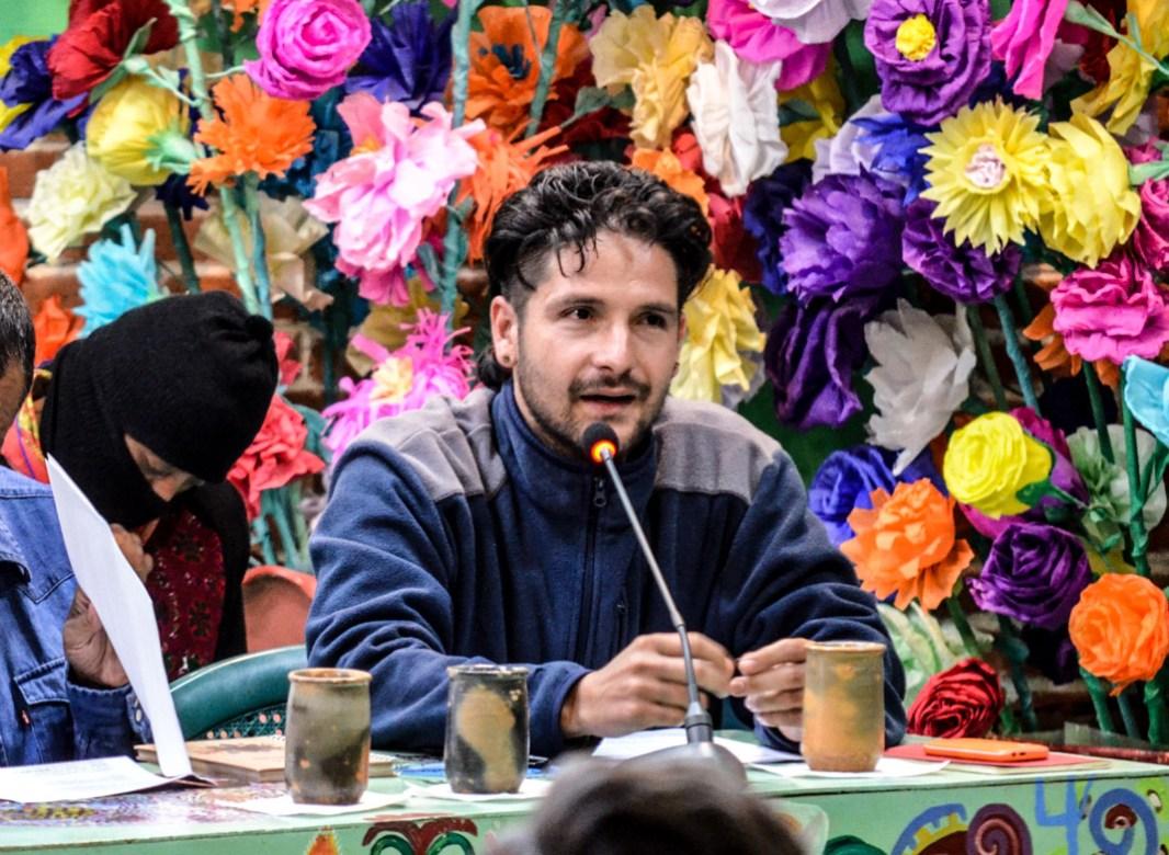 """15 de Abril 2017. CIDECI San Cristóbal de las casas. Chiapas. En imagen Cristian Chávez integrante del CNI durante su participación en la última sesión del seminario de reflexión crítica """"Los muros del capital, las grietas de la izquierda."""" Chávez fue enfático durante su exposición; """"Los relojes no son iguales, para los pueblos del CNI el rumbo ha sido diferente."""" Por ejemplo dijo; """"Los Wixárikas se pintan con tintura natural dibujos en la cara, que representan los relojes más antiguos de la humanidad, con un tiempo que va hacia adelante y hacia atrás. Que insolencia para los relojes del capital que siempre van para adelante."""" Fotografía: José Luis Santillán."""