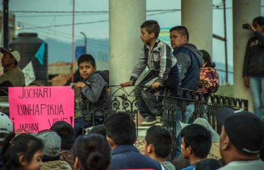 Las y los niños, abuelos, mujeres, hombres y jóvenes de Arantepacua salieron por cientos a recibir a los 37 que regresaban. «Yo creo que ahora si vamos a mandar a chingar a su madre a todos los partidos políticos, esto es lo que nos dejan» Por el sonido de la plaza llena, expresaba uno de los comuneros que participaron en esta reunión. Foto: Cristian Leyva