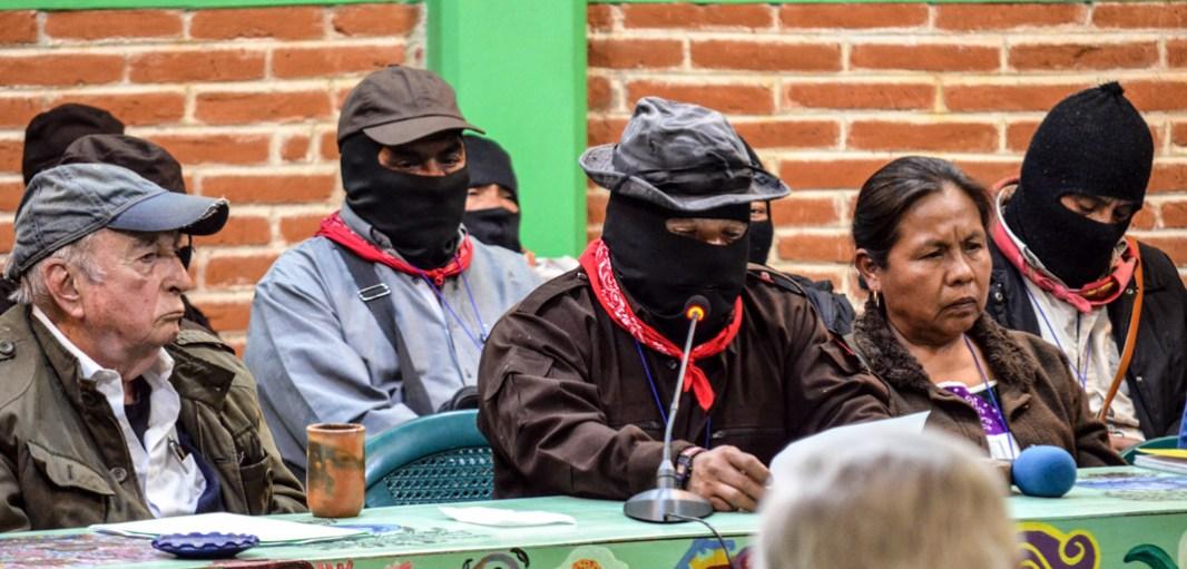 """15 de Abril 2017. CIDECI San Cristóbal de las casas. Chiapas. El subcomandante insurgente Moisés quien cerró a nombre del EZLN el seminario de reflexión crítica """"Los muros del capital, las grietas de la izquierda."""" El sub Moisés reflexiono; """"Ya se los dijimos, el mundo lo van a convertir en fincas, tenemos que organizarnos."""" """"Los compas del CNI no nos están llamando a buscar votos, nos están llamando a buscar a millones de personas para organizarnos."""" """"Votes o no votes, ahí no está el problema, el problema se llama Capitalismo."""" Fotografía: José Luis Santillán."""