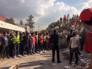 En el cruce de Zapata y Prolongación Petén, en la colonia Emperadores, cientos de personas se reunieron para quitar los escombros de un edificio colapsado. Fotografía: Agencia Subversiones, licencia copyfarleft P2P.