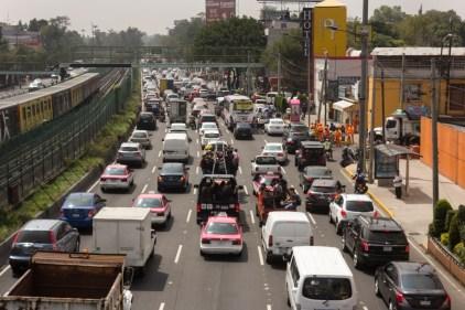 La solidaridad se vuelca para ayudar en San Gregorio, Xochimilco, calzada de Tlalpan se satura. Fotografía: Agencia Subversiones, licencia copyfarleft P2P.