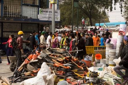 En el derrumbe de los multifamiliares de Taxqueña, la gente arma cadena humana para pasar palas. Fotografía: Agencia Subversiones, licencia copyfarleft P2P.