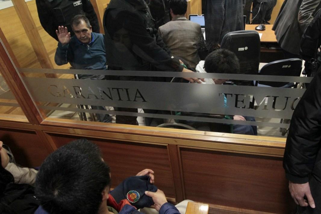 Lonko Alfredo Tralcal saluda en preparación de juicio caso iglesias (foto Felipe Durán)