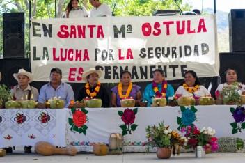 Parte de la mesa de autoridades comunitarias de Ostula e invitadas del CIG.