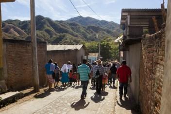 La comunidad recorre las calles de Ostula, junto con Marichuy y el CIG.
