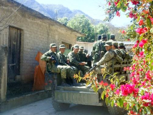 Militares realizan rondines en la comunidad