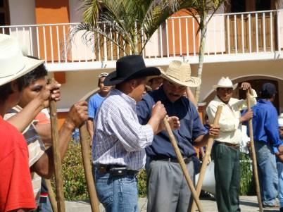 Manuel Zepeda encabezando el grupo de choque