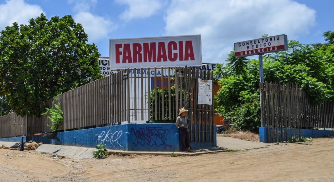 Pobreza en Oaxaca, ante la falta de servicios médicos de la secretaria de salud, las clínicas particulares hacen un gran negocio con los pobres. Fotografía: José Luis Santillán