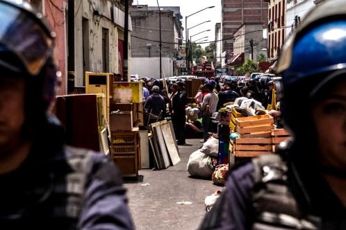 Policías armados cierran el paso de la calle Pensadores Mexicanos durante el desalojo parcial en el edificio 33 de la calle 2 de Abril en la colonia Guerrero.