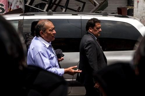 El actuario del juzgado 36 de lo Civil, Miguel Ángel Villanueva, y Ricardo Hernández Guillen, el presunto apoderado, desalojan el predio #3 de la calle 2 de Abril en la colonia Guerrero.