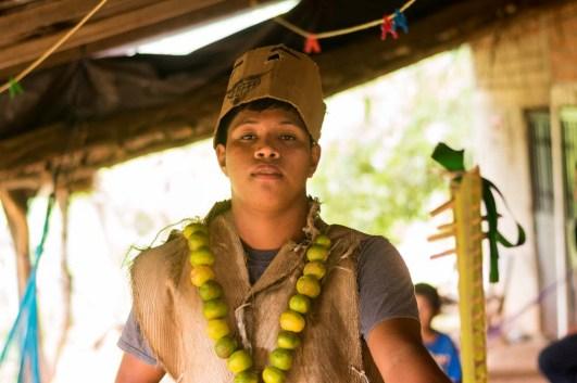 El traje de los xayacates se hace con palma y frutas de temporada.
